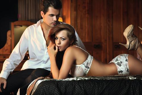 Donna sexy con uomo su letto